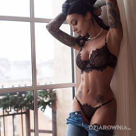 Czarnulka przy oknie