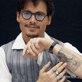 Johnny Depp - tatuaż kobieta na ramieniu