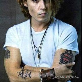 Młody Johnny Depp z tatuażami