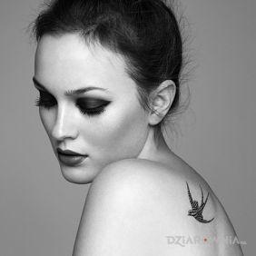Leighton Meester - tatuaż jaskółka