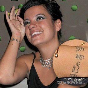 Lily Allen - tatuaż znaki