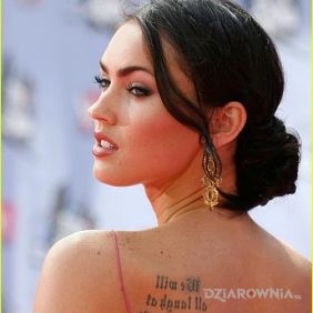 Megan Fox - tatuaż napis na plecach