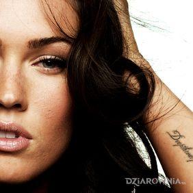 Megan Fox - napis na przedramieniu