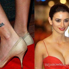 Penélope Cruz - tatuaż na nodze