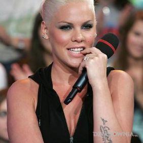 Pink z mikrofonem - napis