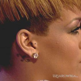 Rihanna - tatuaż za uchem