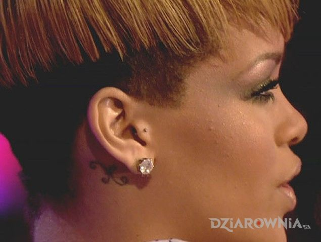 Tatuaż rihanna - tatuaż za uchem w motywie Rihanna za uchem