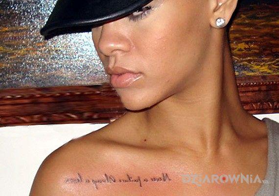 Tatuaż rihanna - tatuaż napis na obojczyku w motywie napisy na obojczyku
