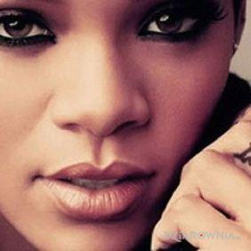 Rihanna - tatuaż love na palcu