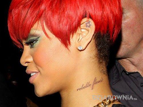 Tatuaż rihanna - tatuaż rebelle fleur w motywie Rihanna na szyi