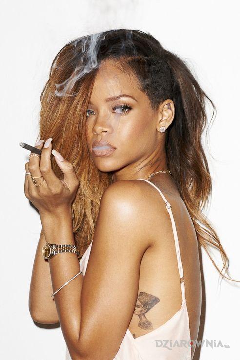 Tatuaż rihanna - tatuaż w formie postaci w motywie Rihanna na żebrach