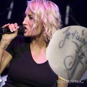 Sarah Connor - tatuaż na nadgarstku