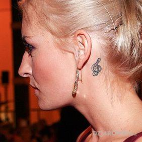 Sarah Connor - tatuaż na szyi