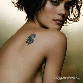 Shannyn Sossamon - kwiatek na łopatce - tatuaż