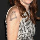 Taryn Manning - sowa siedząca na mikrofonie do spiewania