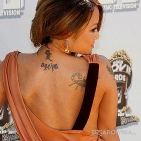 Tila Tequila - napis na plecach - tuż obok skorpiona