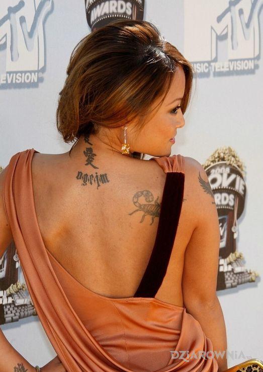 Tatuaż tila tequila - napis na plecach - tuż obok skorpiona - sławnych osób