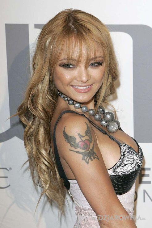 Tatuaż tila tequila - serce ze skrzydłami i karabinami - sławnych osób