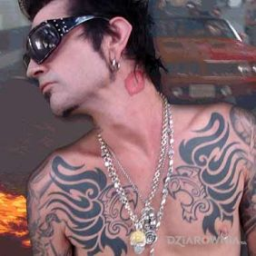 Tommy Lee - tatuaż na klatce + całus na szyi