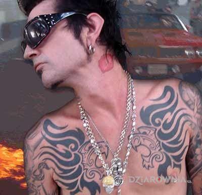 Tatuaż tommy lee - tatuaż na klatce  całus na szyi - miłosne