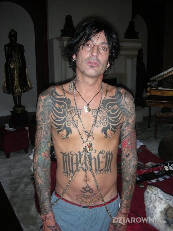 Tatuaż tommy lee bez koszulki pokryty tatuażami - Tommy Lee