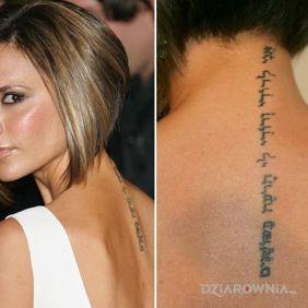 Victoria Beckham - napis wzdłuż kręgosłupu
