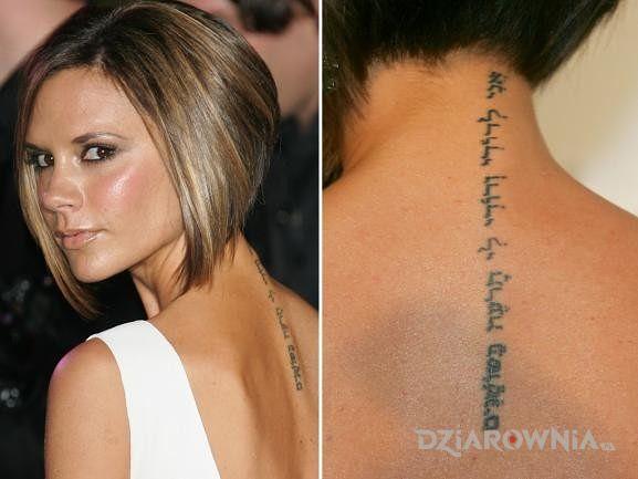 Tatuaż victoria beckham - napis wzdłuż kręgosłupu - napisy