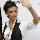 Victoria Beckham podnosi rękę i widać dziarę na nadgarstku