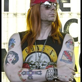 W. Axl Rose z tatuażami na rękach