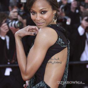 Zoe Saldana - tatuaż: napis po arabsku na żebrach