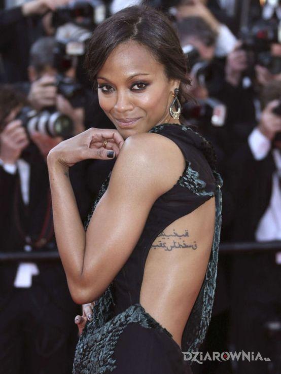 Tatuaż zoe saldana - tatuaż napis po arabsku na żebrach - sławnych osób