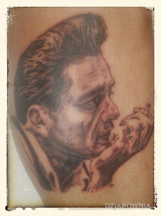 Tatuaż jhonny cash w motywie twarze na ramieniu