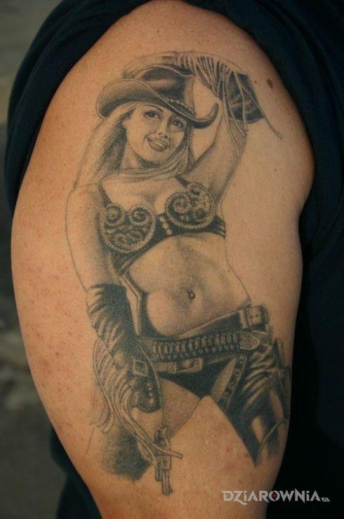 Tatuaż cowwoman w motywie postacie na ramieniu