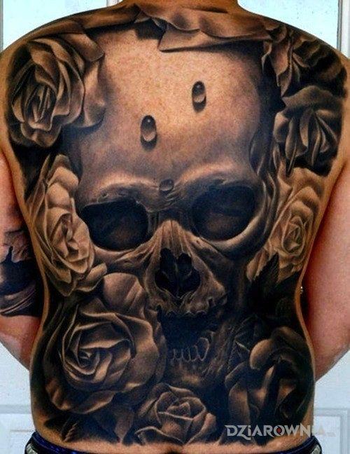 Tatuaż niesamowita czaszka w towarzystwie róż w motywie kwiaty na plecach