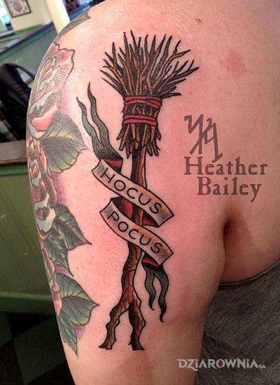 Tatuaż hocus pocus w motywie napisy na ramieniu