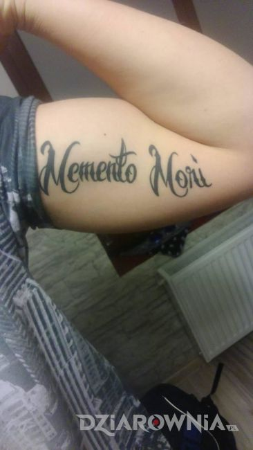 Tatuaż napis o śmierci na ramieniu