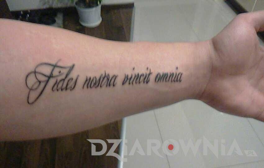 Tatuaż cytat dotyczący wiary na przedramieniu