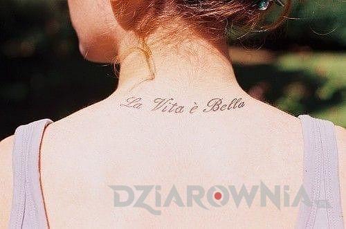 Tatuaż napis po włosku na karku u dziewczyny