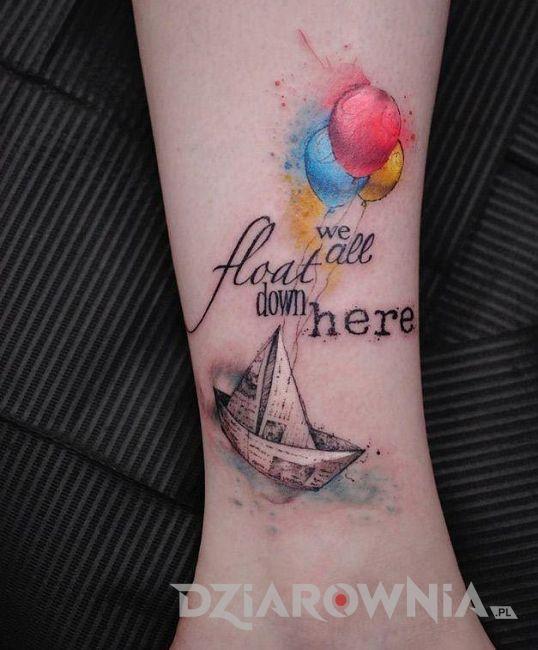 Tatuaż napis i łódka pomiędzy kobiecymi piersiami