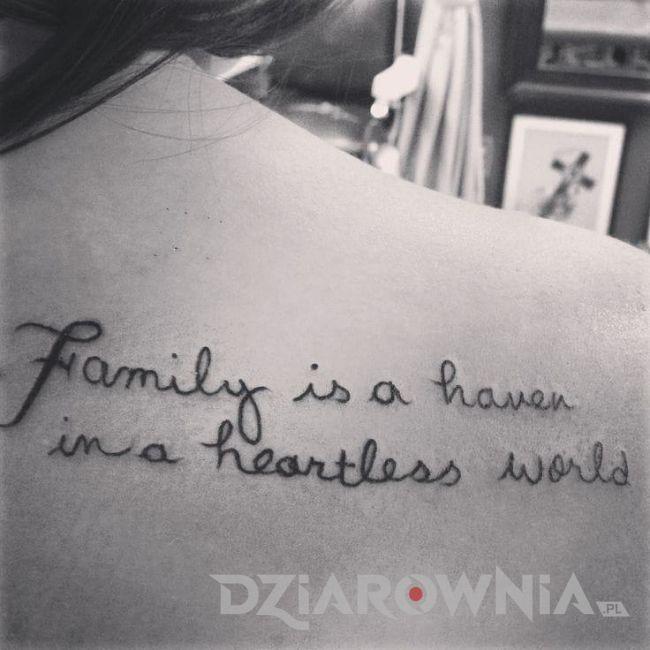 Tatuaż napis dotyczący rodziny na łopatce u kobiety
