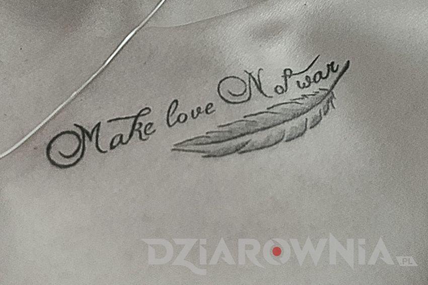 Tatuaż napis o pokoju i wojnie na obojczyku i piórko