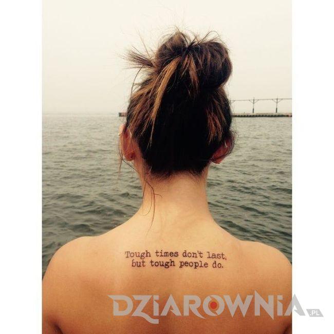 Tatuaż napis na plecach dziewczyny