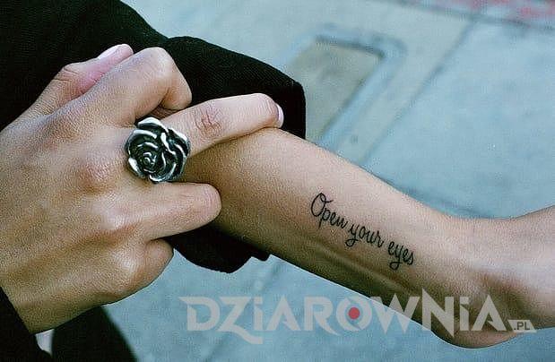 Tatuaż cytat przy nadgarstku u dziewczyny