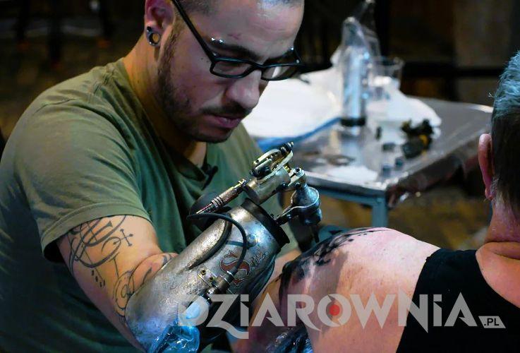 Tatuowanie protezą