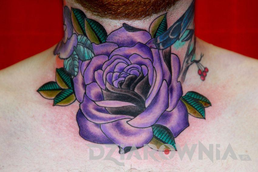 Fioletowa róża na szyi