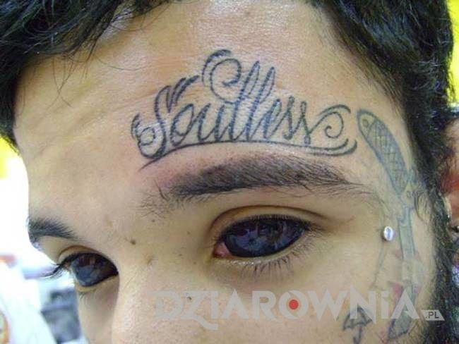 Tatuaż czarne oczy u mężczyzny