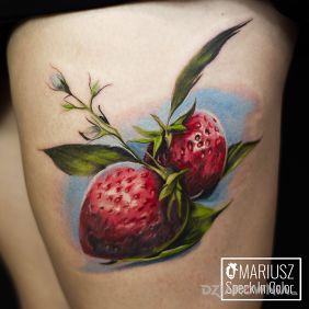 Tatuaże kolorowe, truskaweczki, dziara dla kobiet