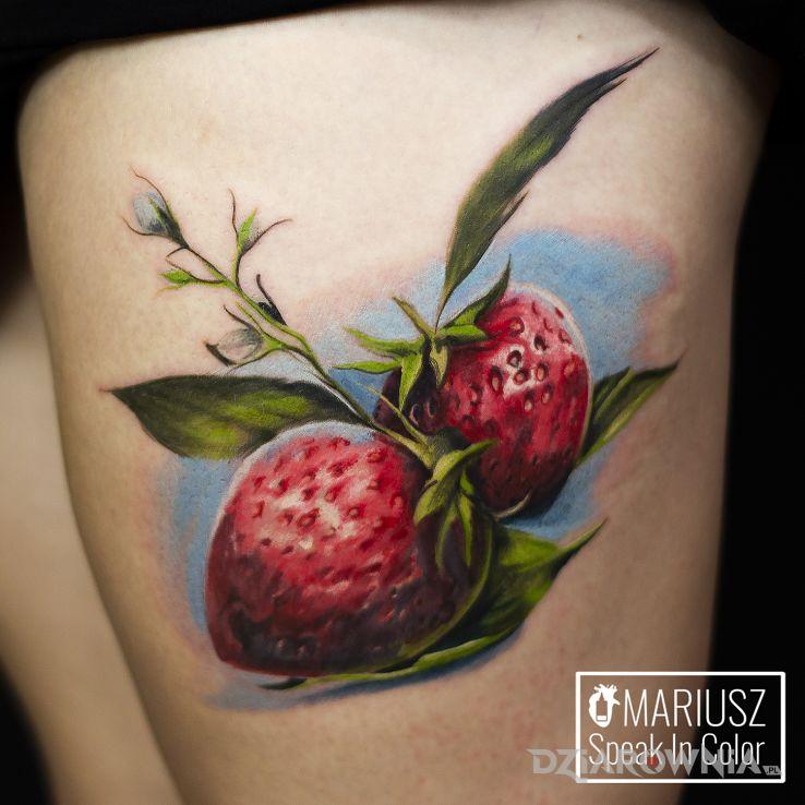 Tatuaż truskaweczki - kwiaty