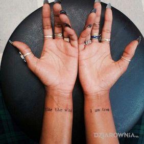 Tatuaże napisy, wolna jak wiatr, dziara dla kobiet