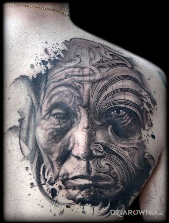 Tatuaż stara postać w motywie twarze na łopatkach